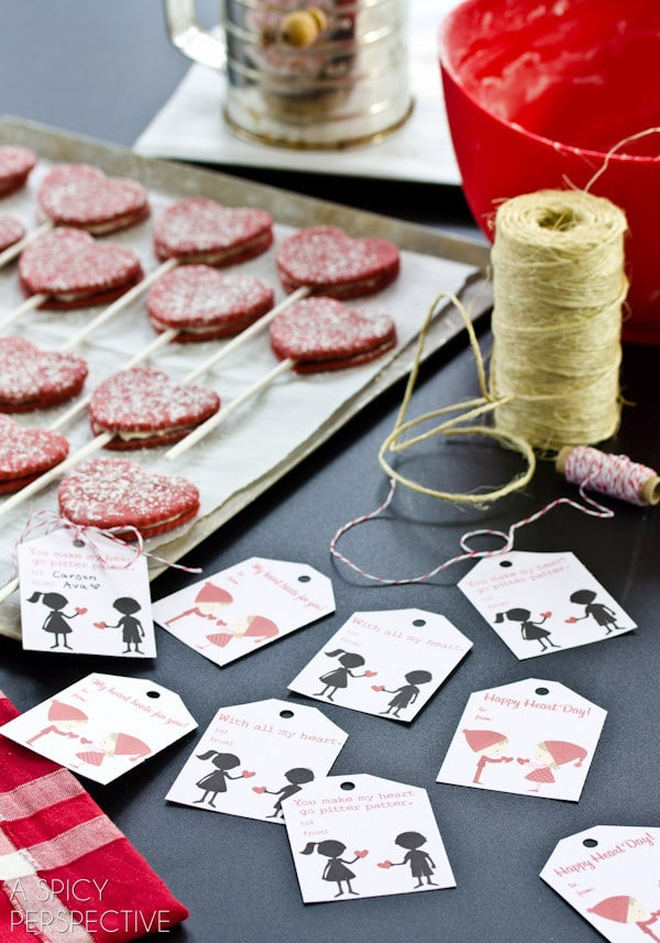 How to Make Red Velvet Cookie Pops for #ValentinesDay + Free Printable Tags!