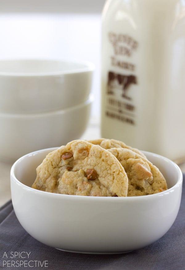 Chewy Oatmeal Cinnamon Cookies | ASpicyPerspective.com #cookies #oatmealcookies