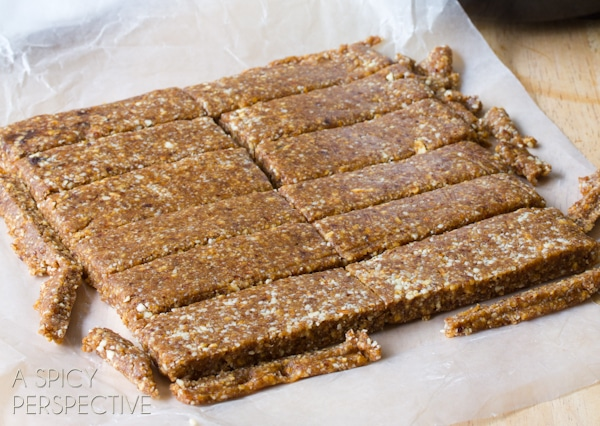 5 Minute Homemade Larabar Recipe that saves money on #healthy #snacks! #copycat #recipe