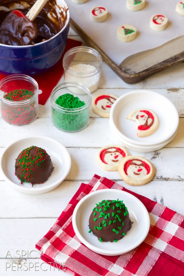 Easy Peppermint Cookie Bon-Bombs - Homemade #IceCream and #Cookie Bon Bons covered in #Chocolate! #peppermint