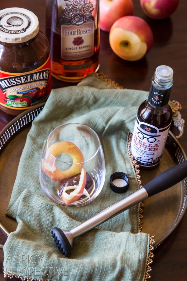 How to Make Apple Cinnamon Old Fashioned {Cocktail} #holiday #christmas #cocktail