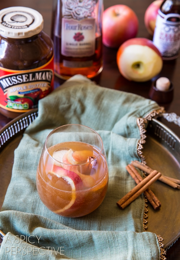 Easy Apple Cinnamon Old Fashioned New Year's Eve Cocktail #holiday #newyearseve #cocktail