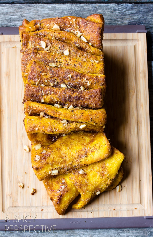 Easy Pumpkin Bread Recipe that is a savory-sweet Pull Apart Bread! #ediblegifts #holidays #christmas #pumpkin