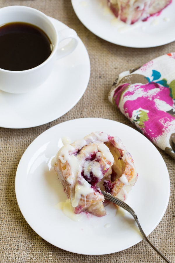 Gooey Raspberry Sticky Buns - An easy #stickybuns #recipe that is perfect for #spring!