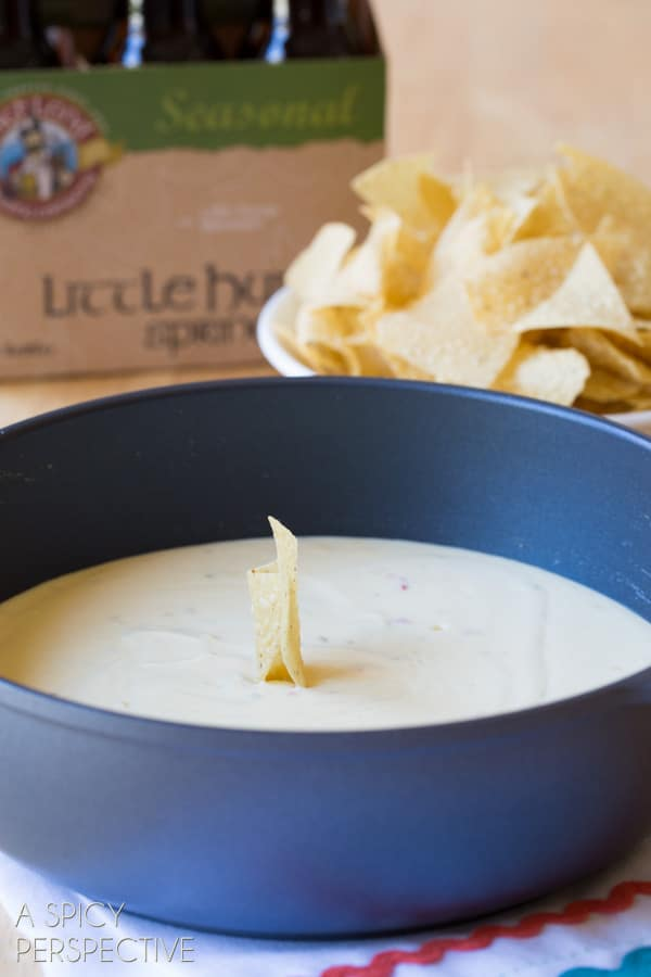 Easy 3-Ingredient Beer Cheese Dip - Easy Queso Recipe for #CincodeMayo! #cheese #queso #cheesedip