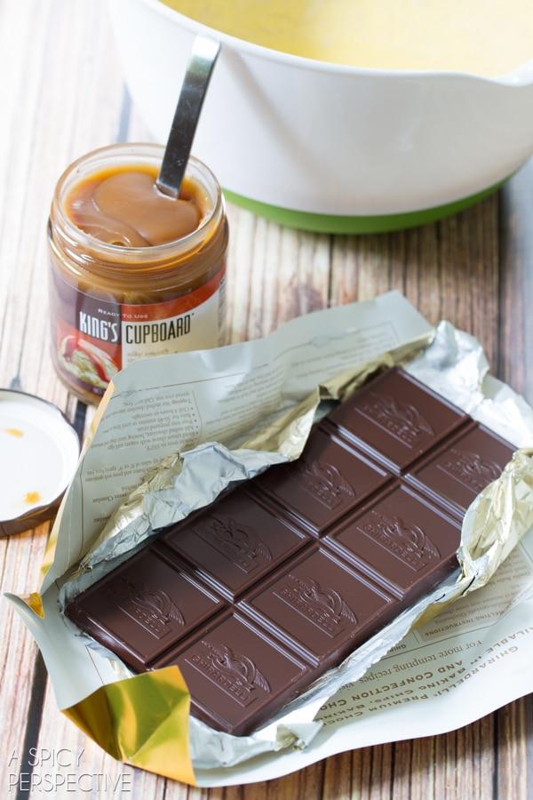 Dreamy Vanilla Gelato Recipe with Caramel Swirls and Chocolate Shavings #gelato #icecream #italian