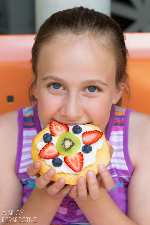 Kid's Fruit Pizza for #Breakfast! #pizza #fruitpizza #cookingwithkids