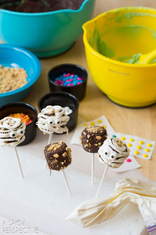 Halloween Chocolate Covered Marshmallow Pops #halloween #pops #kids