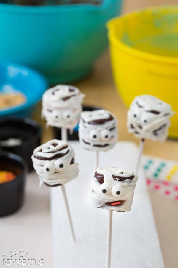 Festive Chocolate Covered Marshmallow Pops #halloween #pops #kids