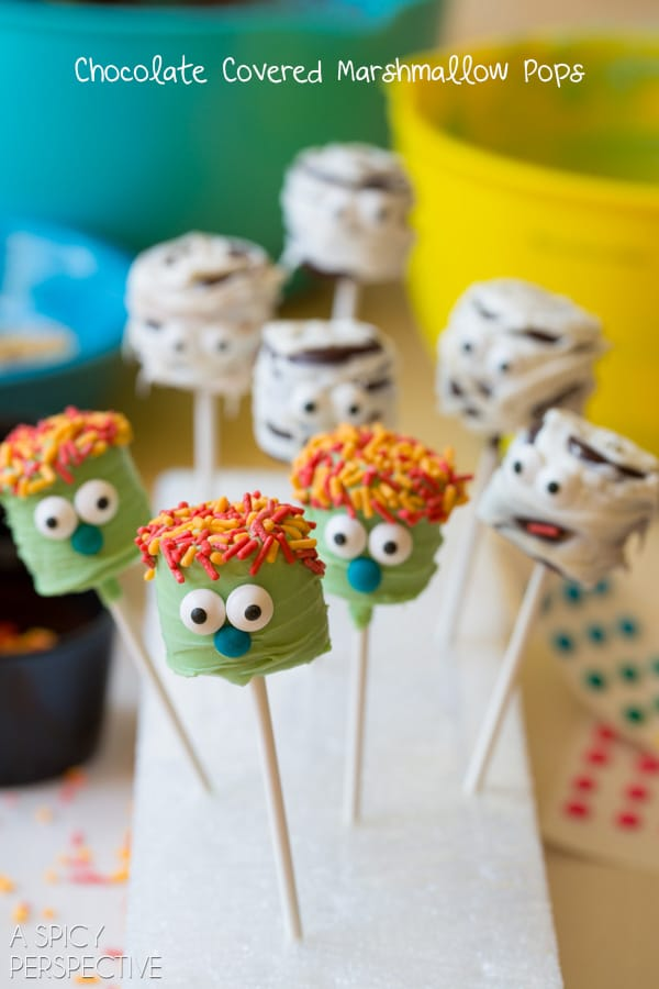 Fun Chocolate Covered Marshmallow Pops #halloween #pops