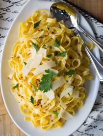 Holiday Fettuccine Alfredo - An Easy Christmas Pasta Dish! #fettuccine #alfredo