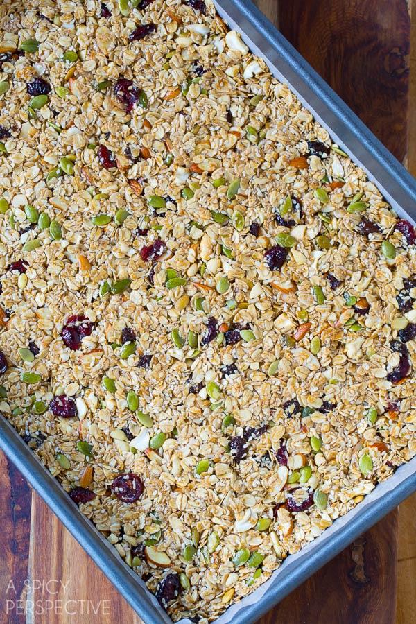 Amazing Homemade Granola Bars - A copycat version of Whole Foods Granola Bars! #healthy