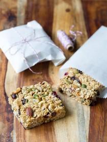 Homemade Granola Bars - A copycat version of Whole Foods Granola Bars! #healthy