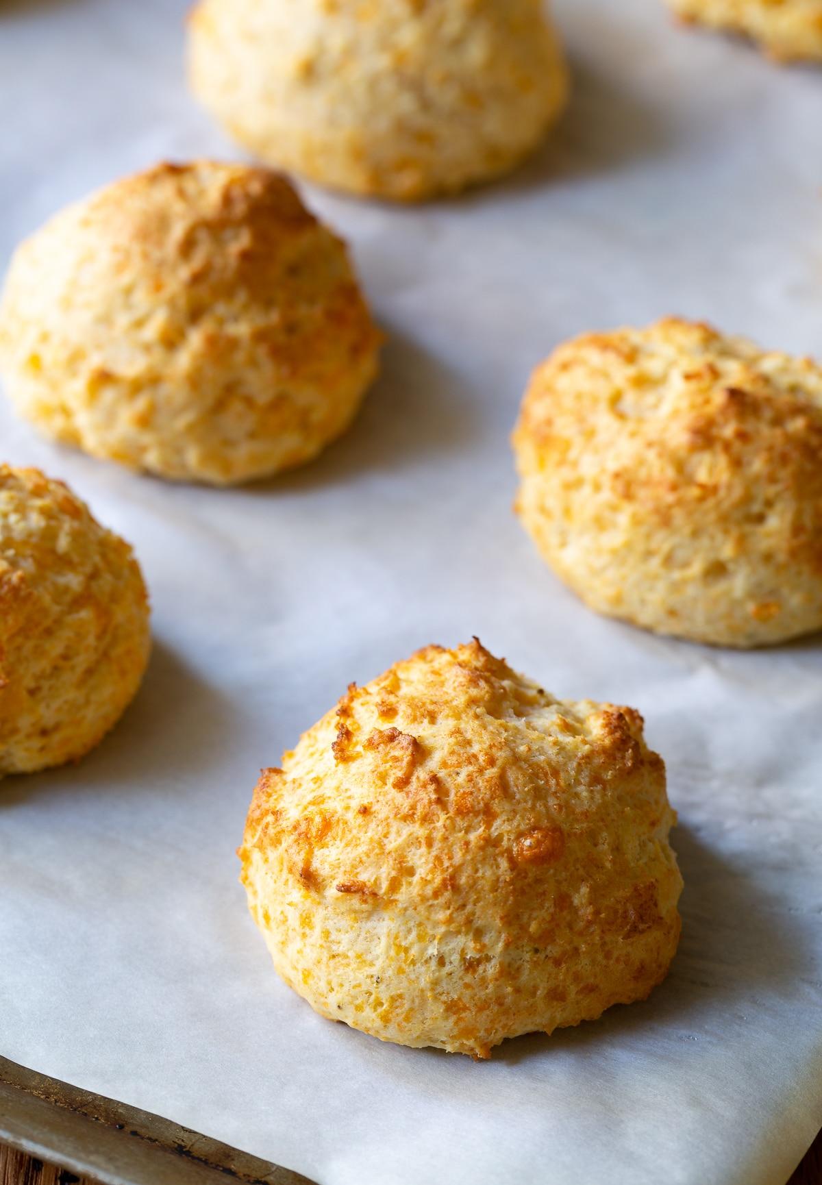 Red Lobster Cheddar Garlic Biscuits on #ASpicyPerspective #biscuits #recipe