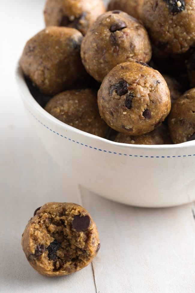 Easy No-Bake Oatmeal Energy Bites Recipe #Vegan #ASpicyPerspective